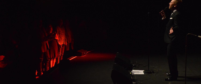 Beitragsbild Tom Gaebel auf der Vorbühne des Metropol Theater Bremens