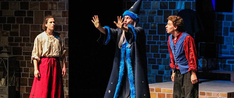 Der Zauberlehrling mit Rabe Koraki als Bühnenversion
