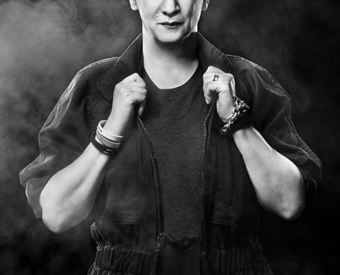Plakatmotiv Profiler Suzanne Grieger-Langer mit dem neuen Programm Deppen-Detox im Metropol Theater Bremen