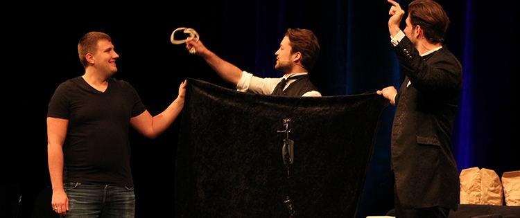 """Blogbeitragsbild zu Artikel """"…nur auf der Bühne schlafen alle"""" über Golden Ace im Metropol Theater Bremen"""